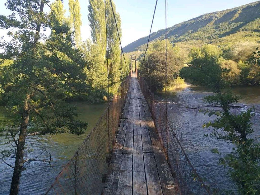 Puente colgante en la ruta gravel al castillo de Javier